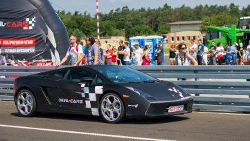 wyścigowy samochód na torze Modlin